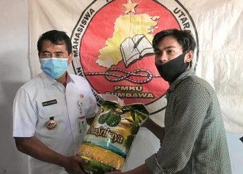 Gubernur Kaltara saat memberikan bantuan untuk mahasiswa asal Kaltara di NTB. Foto: Ist