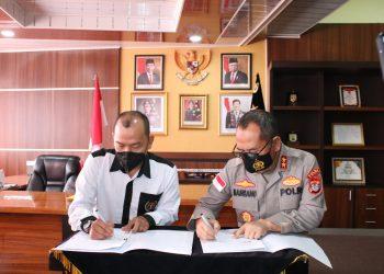 Ketua PWI Kaltara, Datu Iskandar Zulkarnaen saat menandatangani MOU kerjasama antara PWI Kaltara dengan Polda Kaltara. Foto: Ist