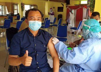 Salah satu wartawan yang ada di Tarakan, saat menerima vaksinasi tahap 2 untuk pertama kalinya, bertempat di ruang Serbaguna Pemkot Tarakan.Foto:Fokusborneo