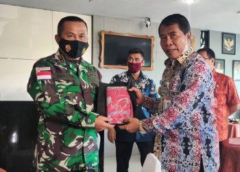 Penyerahan cinderamat berupa kain batik khas Kaltara dari Gubernur Zainal Arifin Paliwang kepada Danrem 092/Maharajalila, Brigjen TNI Suratno. Foto: Johan