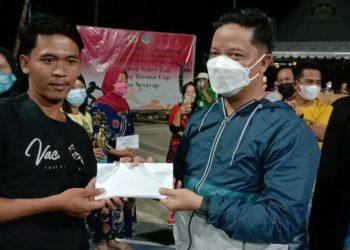 Bupati Kabupaten Tana Tidung, Ibrahim Ali menyerahkan uang pembinaan kepada pemenang Lomba Volley Karang Taruna Cup Desa Sesayap.Foto: Fokusborneo