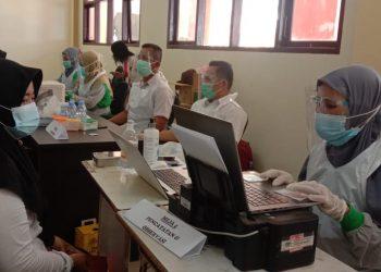 Guru dan tenaga pendidik Kabupaten Tana Tidung mengikuti vaksinasi Covid 19 di Aula SD 001 Limbu Sedulun.Foto: Fokusborneo