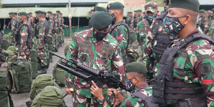 Pangdam VI/Mulawarman, Mayjen TNI Heri Wiranto, saat mengecek kesiapan Satgas Pamtas Mobile Yonif Raider 613 Raja Alam
