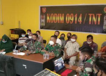 VICON : Pasi Ter Kodim 0914/TNT mewakili Dandim 0914/TNT, saat mengikuti kegiatan tentang pemberian infomasi terkait seleksi penerimaan Prajurit Secara TNI AD yang di terima langsung oleh para orang tua/wali Cata PK TNI  secara virtual di masing - masing wilayah yang dipimpin oleh Kepala Staf Angkatan Darat (Kasad) Jendral TNI Andika Perkasa bertempat di Kantor Diskominfo Kabupaten Tana Tidung, Rabu (24/03).Foto : Ist