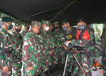 Asisten Operasi Kepala Staf TNI AD, Mayjen TNI Surawahadi saat melakukan pengecekan sekaligus Riksiapos Satgas Pamtas Penyangga Mobile Yonif Raider 613/Raja Alam.Foto:Ist