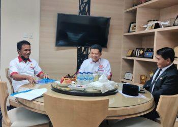 Gubernur Kaltara, Zainal A Paliwang saat bertemu dengan pengurus KONI Kaltara.Foto: Diskominfo Kaltara