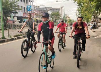 OLAHRAGA : Gubernur Kaltara Zainal A Paliwang, saat bersepeda bersama rombongan di Sabtu pagi, (27/03). Foto: Johan/Diskominfo Kaltara