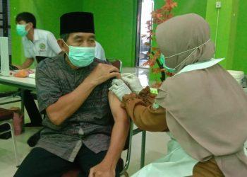 Vaksinasi pertama jamaah haji lansia di Kantor Kemenag Tana Tidung.Foto: Ist