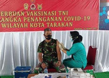 Komandan Lanud Anang Busra Tarakan, Kolonel Pnb TNI Somad, mendapatkan suntikan pertama vaksin Covid-19 senovac tahap kedua. Foto : Fokusborneo