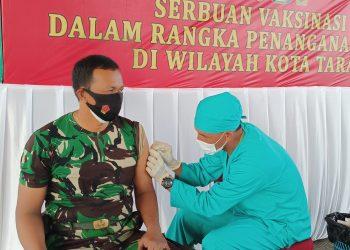 Prajurit Kodim 0907 Tarakan, menerima vaksin di Apron Pangkalan TNI AU (Lanud) Anang Busra Tarakan.Foto: Fokusborneo