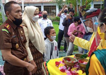 Upacara Tepung Tawar Sambut Kedatangan Kejari Tarakan, Adam Saimima Berserta Istri di Bandara Tarakan. Foto: fokusborneo.com