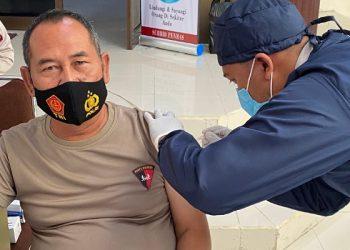 Kapolda Kaltara Irjen Pol Bambang Kristiyono Menerima Suntik Vaksin Covid-19 Fase 1. Foto: IST/Humas Polda