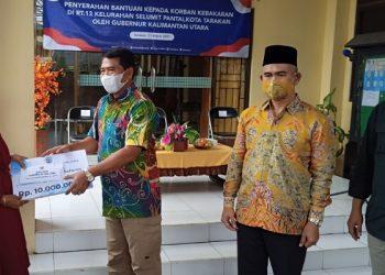 Gubernur Kaltara, Zainal Arifin Paliwang Menyerahkan Bantuan Untuk Korban Kebakaran di Selumit Pantai Tarakan. Foto: fokuaborneo.com