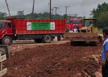 Jalan Rusak Akibatkan Suplay Gas Elpiji dari SPBBE Sanggata ke Tanjung Selor Sempat Terganggu. Foto: IST