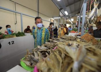 Wali Kota Tarakan Khairul meninjau Pasar Rakyat Bais di Kampung Empat baru diresmikan, Sabtu (10/4). Foto : Humas Pemkot Tarakan.