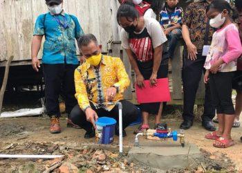 Wali Kota Tarakan dr. Khairul melakukan pemasangan sambungan gratis PDAM ke 10 ribu di Kelurahan Karang Harapan, Kamis (15/4). Foto : Humas Pemkot Tarakan.