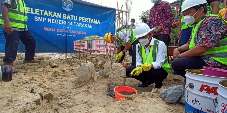 Walikota Tarakan, dr Khairul secara resmi meletakan batu pertama pembangunan gedung baru SMP Negeri 14 di Kelurahan Karang Anyar Tarakan.Foto:Fokusborneo