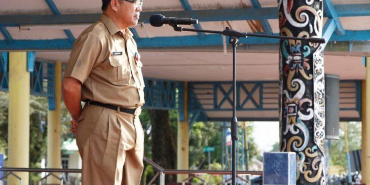 Sekretaris Daerah (Sekda) Provinsi Kalimantan Utara , Suriansyah saat memimpin apel pagi rutin di lingkup Pemerintah Provinsi Kaltara. Foto: Diskominfo