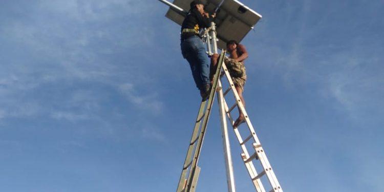Salah satu lampu PJU yang sedang di lakukan pengecekan.Foto: Fokusborneo