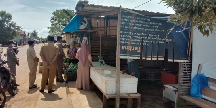 Satpol PP bersama dinas terkait melakukan pendataan dan sosialisasi kepada masyarakat yang membangun diatas lahan milik Pemkab KTT.Foto: Fokusborneo