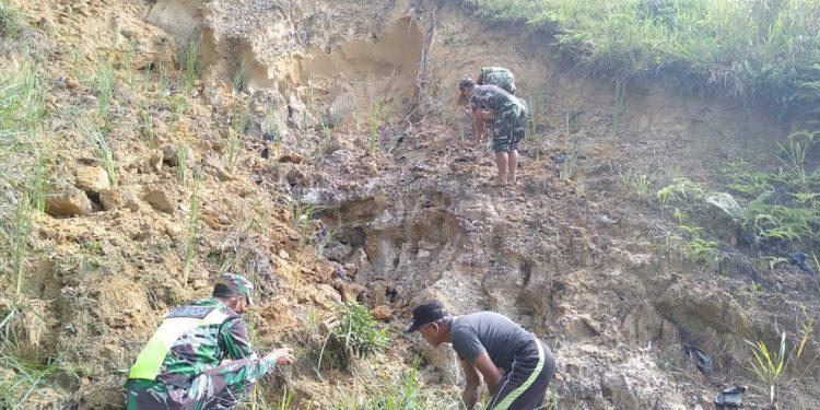 Personil Kodim  0907 Tarakan bersama warga melaksanakan penanaman bibit rumput vertiver. Foto: Penerangan Kodim 0907 Tarakan