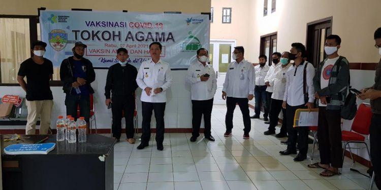 Bupati Kabupaten Tana Tidung, Ibrahim Ali saat meninjau proses pemberian vaksin Covid 19 kepada tokoh agama