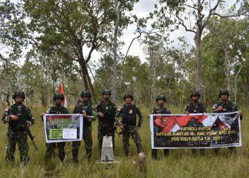 Satgas Pamtas RI- PNG Yonif 611/Awl saat melaksanakan patroli batas patok perbatasan kedua negara.Foto:Ist