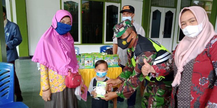 Babinsa Tarakan Tengah salurkan bantuan berupa  paket susu untuk ibu hamil dan balita ke Posyandu Aster II dan V diKelurahan Sebengkok