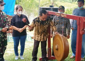 Wakil Bupati Kabupaten Tana Tidung, Hendrik memukul gong, lounching pupuk organik dan panen pedet di Desa Kujau Betayau