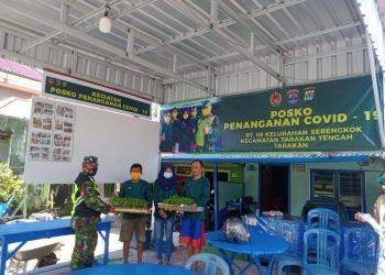 Babinsa Koramil 0907/02 Tarakan Tengah, saat memberikan bantuan 500 bibit cabe ke posko Covid 19 tingkat RT di wilayah Kelurahan Sebengkok