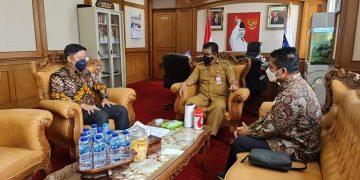 Bupati Kabupaten Tana Tidung, Ibrahim Ali saat melakukan audiensi dengan Direktur Jenderal Otonomi Daerah Kementrian Dalam Negeri, Drs.Akmal Malik  di Ruang Kerja Dirjen OTDA