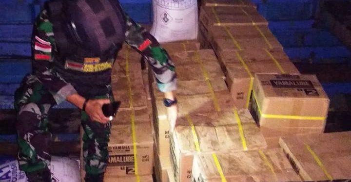 Personil Satgas Pamtas Yonarhanud 16/SBC bekerja sama dengan Bea Cukai Sebatik gagalkan penyelundupan minyak pelumas ilegal di Dermaga Tradisional Desa Losalo, Kecamatan Sebatik Kabupaten Nunukan.