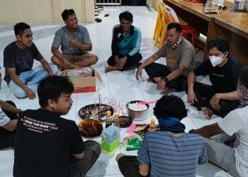 Kebersamaan Pj Kades Rian Rayo dan staf, makan bersama saat menginap di Kantor Desa.Foto: Ist