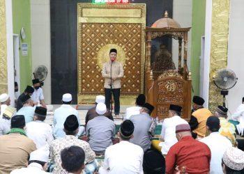 Bupati Kabupaten Tana Tidung, Ibrahim Ali saat memberi sambutan dalam kegiatan safari Ramadhan perdana  di Tana Li.Foto: Ist