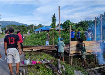 Warga Desa Rian Rayo kompak melaksanakan gotong royong  bangun Pos Ronda.Foto:Ist
