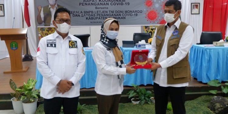 Wakil Ketua Komite II DPD RI Hasan Basri mendampingi Letjen Doni Moenardo menyerahkan bantuan penanganan Covid-19 ke Bupati Nunukan Hj. Asmin Laura Hafid, Selasa (31/3). Foto : Istimewa