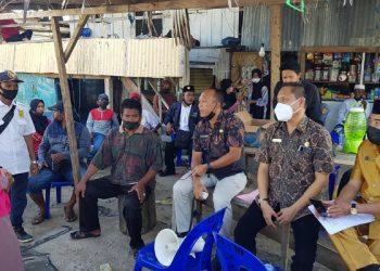 Anggota DPRD Kota Tarakan Rusli Jabba bersama Sekretaris Disdukcapil Kota Tarakan  Amir Hamsyah melakukan pelayanan jemput bola untuk kepengurusan adminduk di RT 14 Pantai Amal, Kamis (1/4). Foto : Fokusborneo.com
