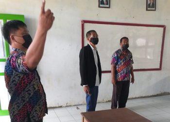 Ruslan (Baju Hitam) Anggota DPRD Kaltara bersama Kepala Sekolah SMA N 1 Tana Tidung Meninjau Persiapan Ujian Akhir Sekolah dan Kondisi Gedung SMA N 1 Tana Tidung. Foto: IST