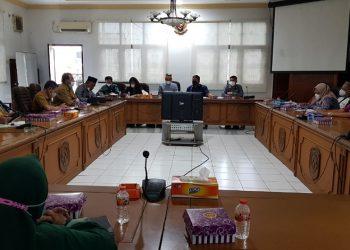 Hearing masalah HGB Komplek Pertokoan THM antara DPRD, perwakilan pemilik ruko dan pemerintah di Kantor DPRD Kota Tarakan, Senin (5/4). Foto : Fokusborneo.com