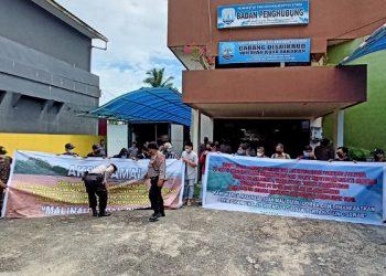 Mahasiswa Malinau di Kota Tarakan Menggelar Aksi Damai di Kantor Badan Penghubung Tarakan. Foto: fokusborneo.com