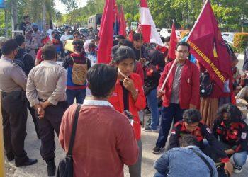 Mahasiswa yang Tergabung Dalam Aliansi Gertak Gelar Aksi Demo di Depan Kantor Banhub Kaltara. Foto: fokusborneo.com