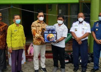 Wakil Ketua Komite II DPD RI Hasan Basri menyerahkan bantuan kepada Panti Asuhan Putri Melati Sebengkok, Kamis (22/4). Foto : Fokusborneo.com