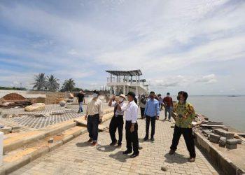 Wali Kota Tarakan dr. Khairul meninjau pembangunan kawasan wisata Pantai Amal. Foto : Humas Pemkot Tarakan