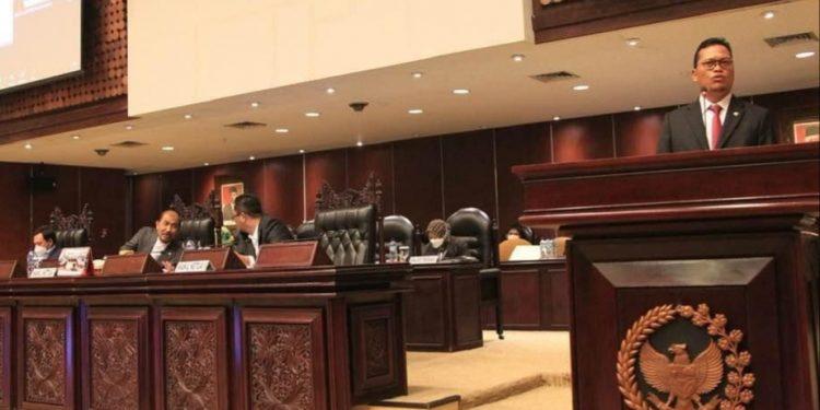 Wakil Ketua Komite II DPD RI Hasan Basri menyampaikan tanggapan dalam sidang paripurna DPD RI ke 11, Kamis (6/5). Foto : Istimewa