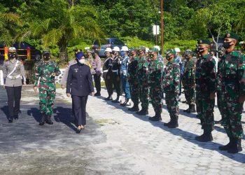 Bupati Nunukan, Laura saat mengecek kesiapan pasukan personil TNI Polri dalam rangka operasi ketupat bertempat di Lapangan Apel Tribrata Mako Polres Nunukan.Foto: Pemkab Nunukan