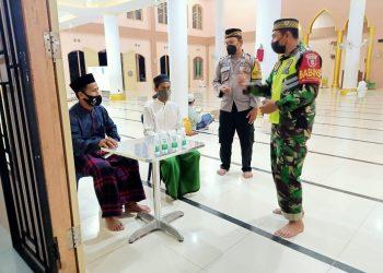 Babinsa Koramil Tarakan Timur saat memantau dan monitoring pelaksanaan kegiatan ibadah Sholat Terawih di Masjid Hidayatullah Mamburungan. Foto: Doc.Babinsa Tarakan Timur