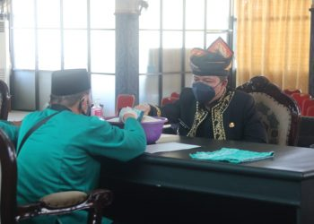 Bupati KTT, Ibrahim Ali saat membayar Zakat  melalui Baznas KTT di Pendopo Jafarudin.Foto:Fokusborneo