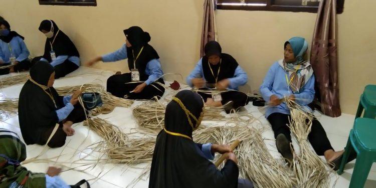 Warga Desa Tanah Merah Barat meneruskan tradisi mengayam tikar daun pandan.Foto: Doc.Kantor Desa Tanah Merah Barat
