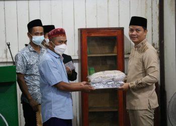 Bupati Kabupaten Tana Tidung, Ibrahim Ali menyerahkan bantuan kepada pengurus Masjid Al Jihad Desa Rian Rayo.Foto:Istimewa