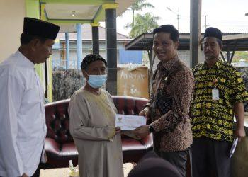 Bupati Kabupaten Tana Tidung, Ibrahim Ali menyerahkan secara simbolis  Zakat kepada Mustahiq di Tana Tidung